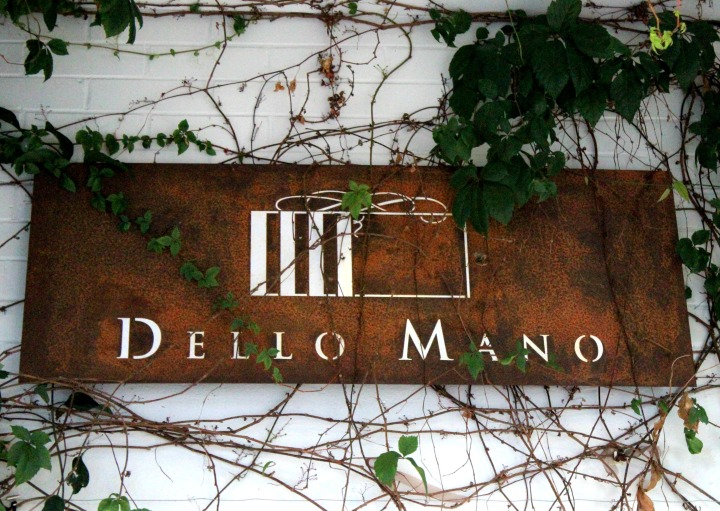 dello mano cafe sign